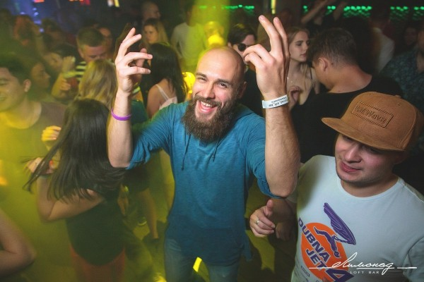 Дубна клубы ночные у входа в ночной клуб